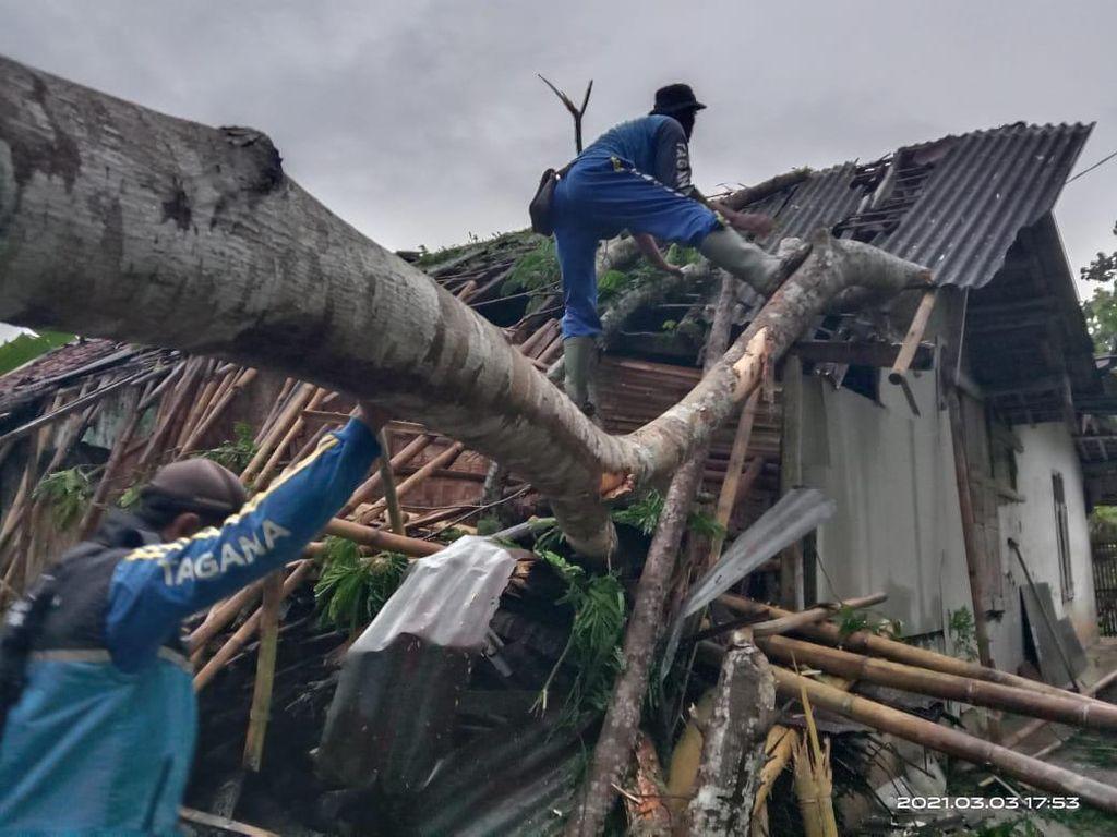 19 Rumah Rusak Diterjang Angin Kencang di Pangandaran