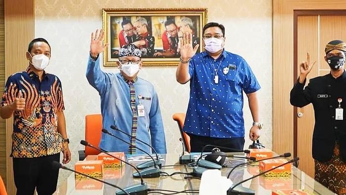 Foto Kadisporapar Jateng dan jajaran petinggi PT Mahesa Jenar saat penandatanganan MoU kembalinya PSIS Semarang ke Stadion Jatidiri.