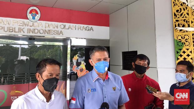 Wakil Ketua PSSI Iwan Budianto, Sekjen PSSI Yunus Nusi, Direktur Teknik PSSI Indra Sjafri usai bertemu dengan Menpora Zainudin Amali di Kantor Kemenpora, Kamis (4/3).