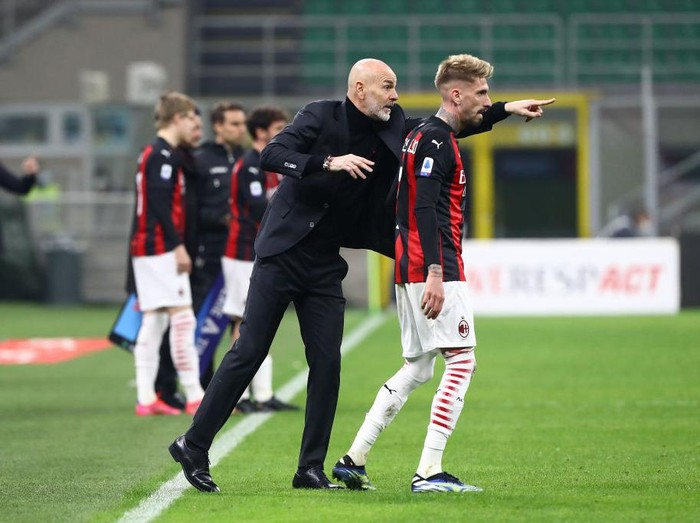 MILAN, ITALY - MARCH 03: Stefano Pioli, Manager of Milan gives instructions to Samu Castillejo during the Serie A match between AC Milan  and Udinese Calcio at Stadio Giuseppe Meazza on March 03, 2021 in Milan, Italy. Sporting stadiums around Italy remain under strict restrictions due to the Coronavirus Pandemic as Government social distancing laws prohibit fans inside venues resulting in games being played behind closed doors. (Photo by Marco Luzzani/Getty Images)