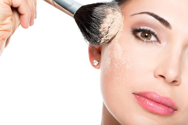 Tidak semua orang dilahirkan dengan kulit kering. Namun, sebagian wanita yang salah dalam memilih makeup mendapatkan kulitnya terkesan kering karena salah memilih foundation.