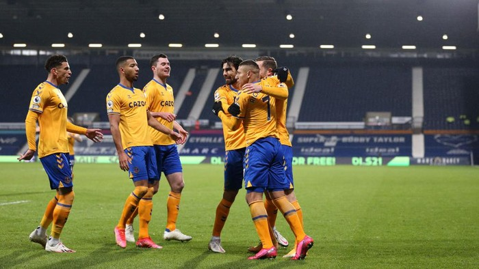 WEST BROMWICH, ENGLAND - MARCH 04: Richarlison of Everton celebrates with teammates Ben Godfrey, Michael Keane, Gylfi Sigurdsson and Andre Gomes after scoring his teams first goal during the Premier League match between West Bromwich Albion and Everton at The Hawthorns on March 04, 2021 in West Bromwich, England. Sporting stadiums around the UK remain under strict restrictions due to the Coronavirus Pandemic as Government social distancing laws prohibit fans inside venues resulting in games being played behind closed doors. (Photo by Alex Pantling/Getty Images)