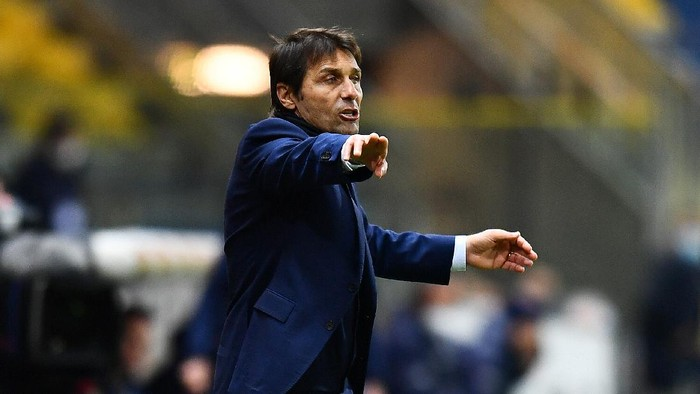 PARMA, ITALY - MARCH 04: Antonio Conte, head coach of Internazionale gives their team instructions during the Serie A match between Parma Calcio and FC Internazionale at Stadio Ennio Tardini on March 04, 2021 in Parma, Italy. Sporting stadiums around Italy remain under strict restrictions due to the Coronavirus Pandemic as Government social distancing laws prohibit fans inside venues resulting in games being played behind closed doors. (Photo by Alessandro Sabattini/Getty Images)