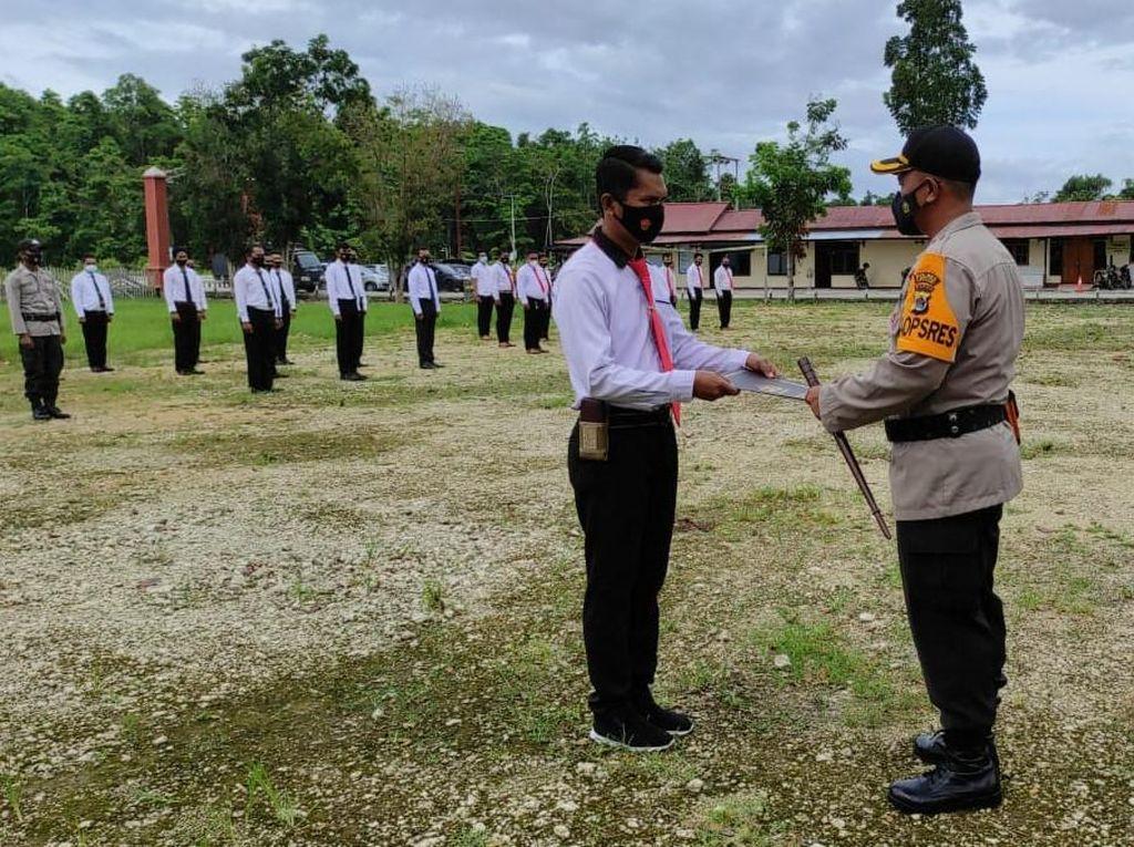 Ubah Balai Desa Jadi Perpustakaan, Polisi di Keerom Diberi Kapolri Piagam