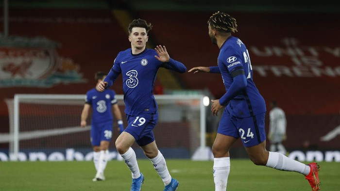 LIVERPOOL, ENGLAND - MARCH 04: Mason Mount of Chelsea celebrates with teammate Reece James after scoring his teams first goal during the Premier League match between Liverpool and Chelsea at Anfield on March 04, 2021 in Liverpool, England. Sporting stadiums around the UK remain under strict restrictions due to the Coronavirus Pandemic as Government social distancing laws prohibit fans inside venues resulting in games being played behind closed doors. (Photo by Phil Noble - Pool/Getty Images)