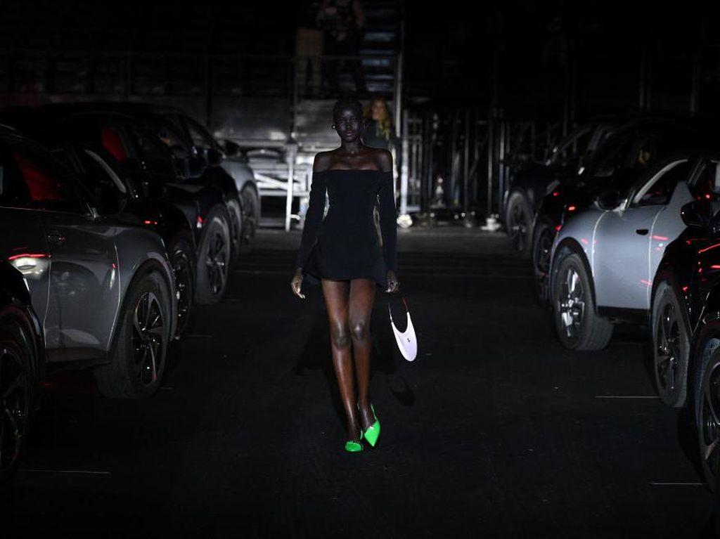 10 Foto Show Drive-In di Paris Fashion Week, Digelar Unik Efek Pandemi