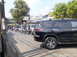 Putar Balik Mobil di Brigif Jl Moh Kahfi I Jaksel Bikin Macet!