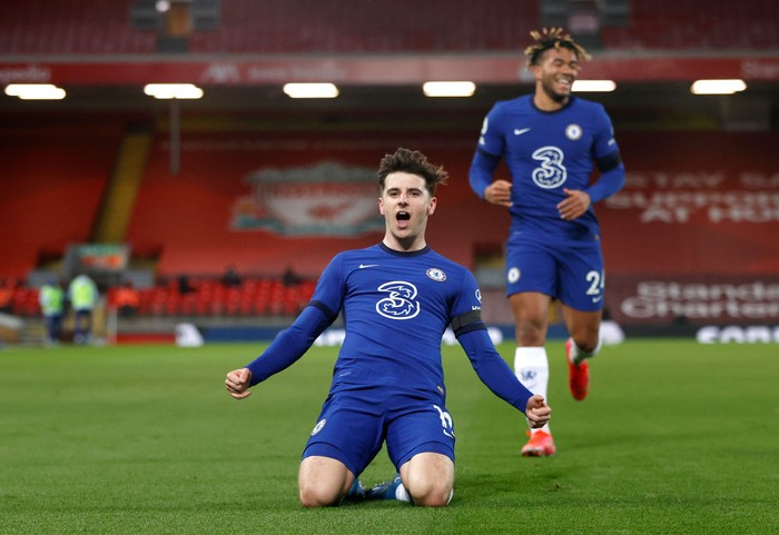 LIVERPOOL, ENGLAND - MARCH 04: Mason Mount of Chelsea celebrates after scoring his teams first goal during the Premier League match between Liverpool and Chelsea at Anfield on March 04, 2021 in Liverpool, England. Sporting stadiums around the UK remain under strict restrictions due to the Coronavirus Pandemic as Government social distancing laws prohibit fans inside venues resulting in games being played behind closed doors. (Photo by Phil Noble - Pool/Getty Images)