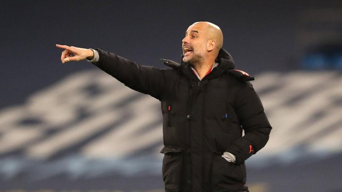 MANCHESTER, ENGLAND - JANUARY 17: Pep Guardiola, Manager of Manchester City gives their team instructions during the Premier League match between Manchester City and Crystal Palace at Etihad Stadium on January 17, 2021 in Manchester, England. Sporting stadiums around England remain under strict restrictions due to the Coronavirus Pandemic as Government social distancing laws prohibit fans inside venues resulting in games being played behind closed doors. (Photo by Clive Brunskill/Getty Images)