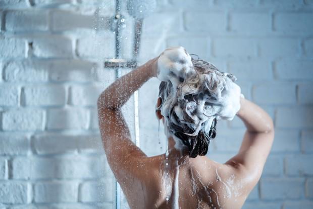 Jangan terlalu sering keramas agar rambut tidak kering