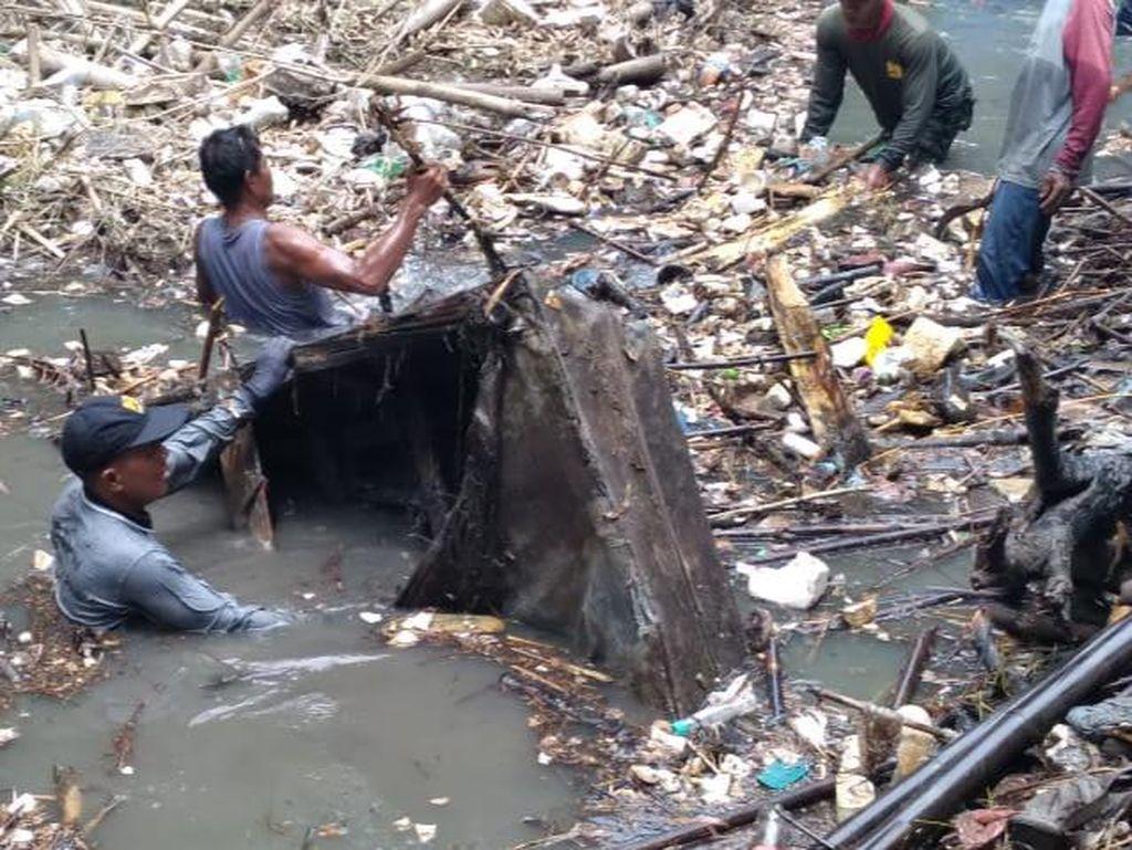Bebersih Sungai di Klaten, Relawan Pancing Spring Bed-Kayu