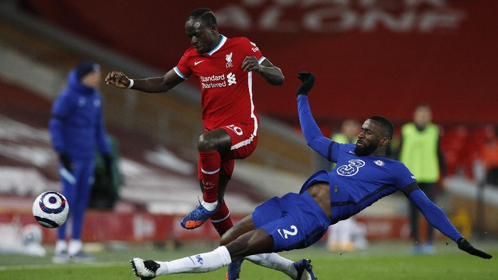 LIVERPOOL, ENGLAND - MARCH 04: Sadio Mane of Liverpool is challenged by Antonio Ruediger of Chelsea during the Premier League match between Liverpool and Chelsea at Anfield on March 04, 2021 in Liverpool, England. Sporting stadiums around the UK remain under strict restrictions due to the Coronavirus Pandemic as Government social distancing laws prohibit fans inside venues resulting in games being played behind closed doors. (Photo by Phil Noble - Pool/Getty Images)
