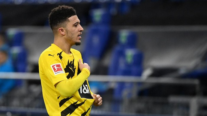 Dortmunds English midfielder Jadon Sancho celebrates scoring the opening goal during the German first division Bundesliga football match FC Schalke 04 vs Borussia Dortmund in Gelsenkirchen, western Germany, on February 20, 2021. (Photo by Ina Fassbender / various sources / AFP) / RESTRICTIONS: DFL REGULATIONS PROHIBIT ANY USE OF PHOTOGRAPHS AS IMAGE SEQUENCES AND/OR QUASI-VIDEO