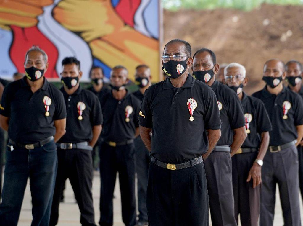 Setia ke NKRI, Warga NTT Eks Timor Timur Dapat Pin Bela Negara