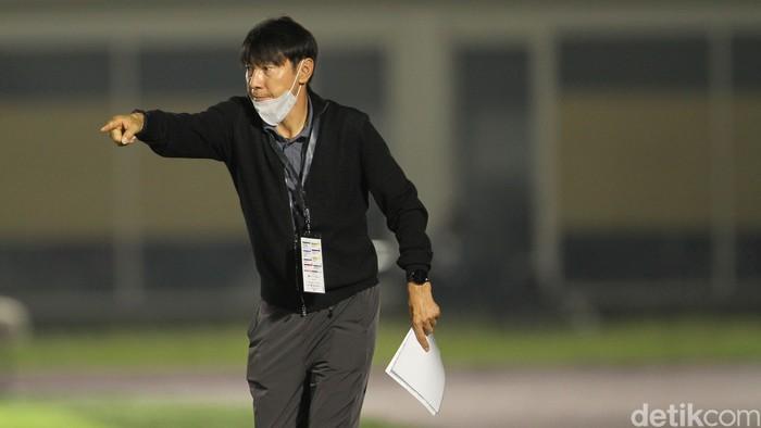 Shin Tae-yong memberikan instruksi di laga Timnas Indonesia U-23 melawan Tira Persikabo di Stadion Madya, Kamis 5 Maret 2021.