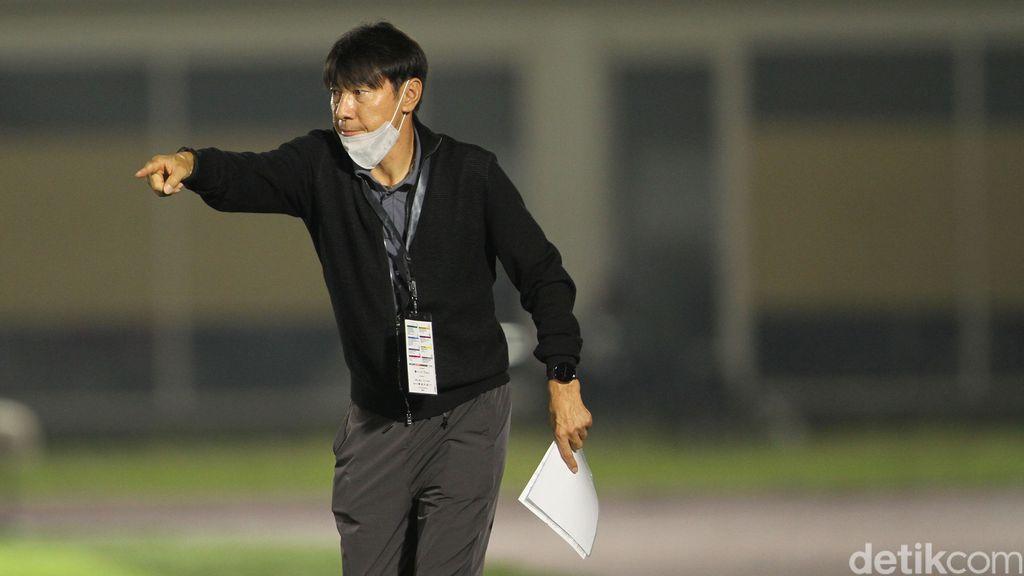 Pelatih Timnas Indonesia, Shin Tae-yong, memimpin Timnas U-23 di laga uji coba melawan Tira Persikabo di Stadion Madya, Jakarta, Kamis 5 Juli 2021.
