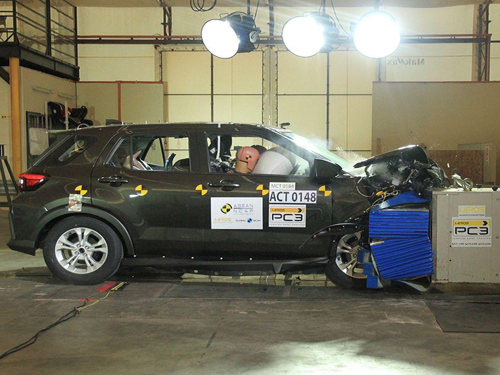 Toyota Raize-Daihatsu Rocky Diuji Tabrak, Ini Hasilnya