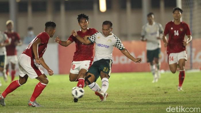 Berakhir sudah laga uji coba Timnas Indonesia U-23 vs Tira Persikabo. Garuda Muda menang 2-0 lewat gol Kadek Agung dan Muhammad Rafli.