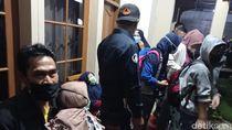 Drama Evakuasi Warga Kontak Erat Klaster Ziarah di Bandung Barat