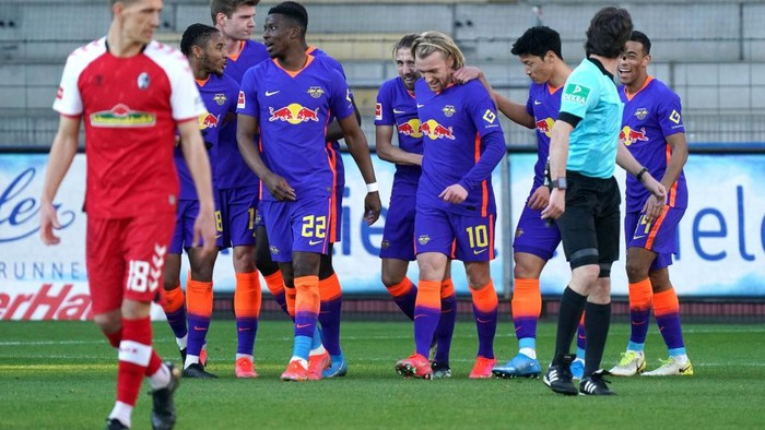 FREIBURG IM BREISGAU, GERMANY - MARCH 06: Emil Forsberg of RB Leipzig celebrates with teammates after scoring his teams third goal during the Bundesliga match between Sport-Club Freiburg and RB Leipzig at Schwarzwald-Stadion on March 06, 2021 in Freiburg im Breisgau, Germany. Sporting stadiums around Germany remain under strict restrictions due to the Coronavirus Pandemic as Government social distancing laws prohibit fans inside venues resulting in games being played behind closed doors.  (Photo by Thomas Niedermueller/Getty Images)