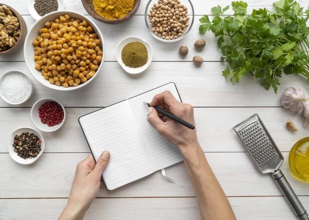 Intermitten fasting atau diet puasa merupakan metode untuk mengatur pola makan dengan berpuasa makan selama beberapa waktu.
