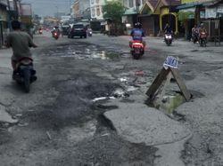 Jalan Sirandorung Rantauprapat Sumut Rusak Parah, Warga Ancam Gugat Pemerintah