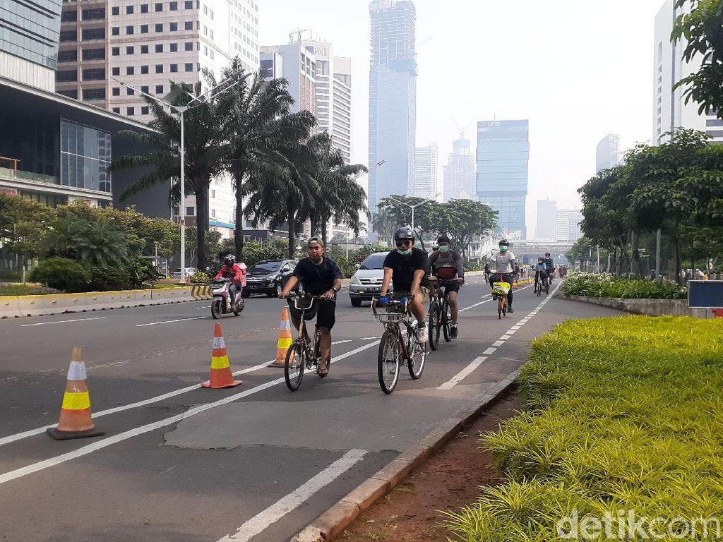 Duh! Banyak Pesepeda Keluar Jalur Sepeda di Sudirman