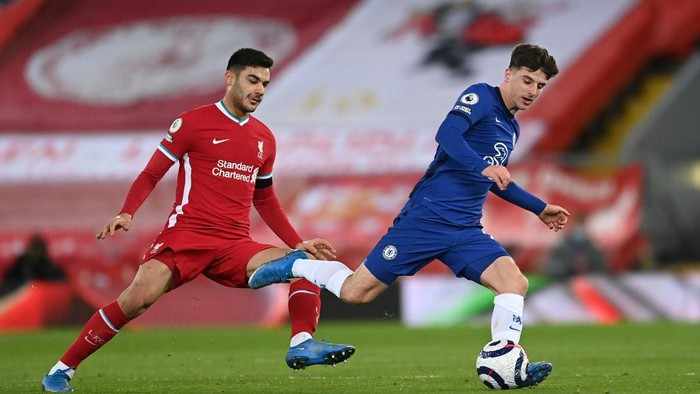 LIVERPOOL, ENGLAND - MARCH 04: Mason Mount of Chelsea on the ball whilst under pressure from Ozan Kabak of Liverpool during the Premier League match between Liverpool and Chelsea at Anfield on March 04, 2021 in Liverpool, England. Sporting stadiums around the UK remain under strict restrictions due to the Coronavirus Pandemic as Government social distancing laws prohibit fans inside venues resulting in games being played behind closed doors. (Photo by Laurence Griffiths/Getty Images)