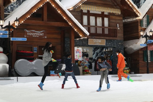 Nikmati tiket promo Trans Snow World Bekasi dengan keluarga