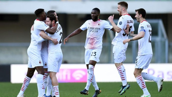 VERONA, ITALY - MARCH 07: Rade Krunic of A.C. Milan celebrates with Davide Calabria, Fikayo Tomori, Alexis Saelemaekers and Alessio Romagnoli after scoring their sides first goal during the Serie A match between Hellas Verona FC  and AC Milan at Stadio Marcantonio Bentegodi on March 07, 2021 in Verona, Italy. Sporting stadiums around Italy remain under strict restrictions due to the Coronavirus Pandemic as Government social distancing laws prohibit fans inside venues resulting in games being played behind closed doors. (Photo by Alessandro Sabattini/Getty Images)