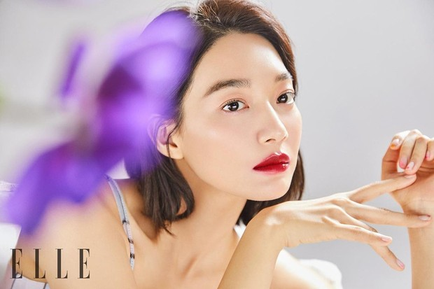 Aktris Shin Min Ah dengan hasil nail art Unistella untuk pemotretan ELLE Korea.