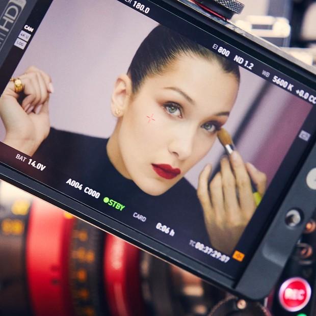 Bella Hadid untuk proyek iklan Dior kosmetik dengan hasil kreasi Unistella.