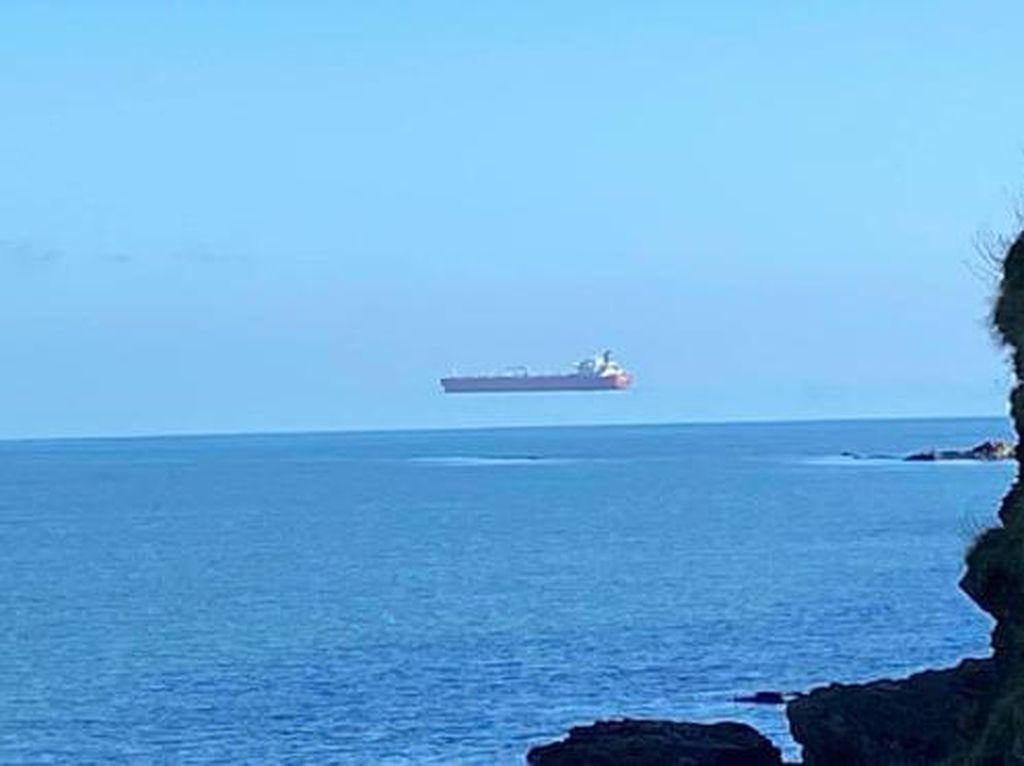 Viral Foto Kapal Tanker Melayang di Udara Bikin Heran