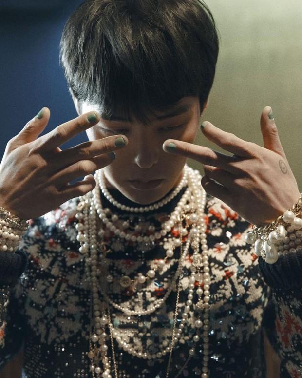 G-Dragon dengan hasil nail art Unistella dalam pemotretan VOGUE Korea.