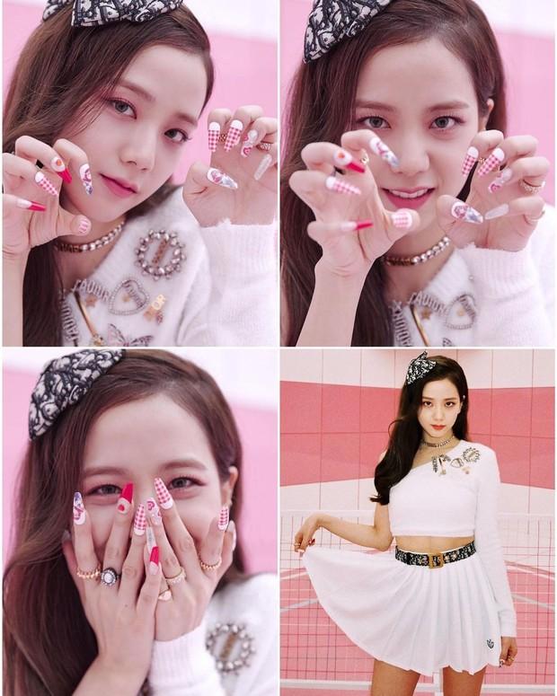 Jisoo BLACKPINK dengan nail art hasil kreasi Park Eun Kyung.