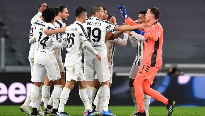 TURIN, ITALY - MARCH 06: Wojciech Szczesny and Leonardo Bonucci of Juventus celebrate with teammates after the Serie A match between Juventus  and SS Lazio at Allianz Stadium on March 06, 2021 in Turin, Italy. Sporting stadiums around Italy remain under strict restrictions due to the Coronavirus Pandemic as Government social distancing laws prohibit fans inside venues resulting in games being played behind closed doors. (Photo by Valerio Pennicino/Getty Images)