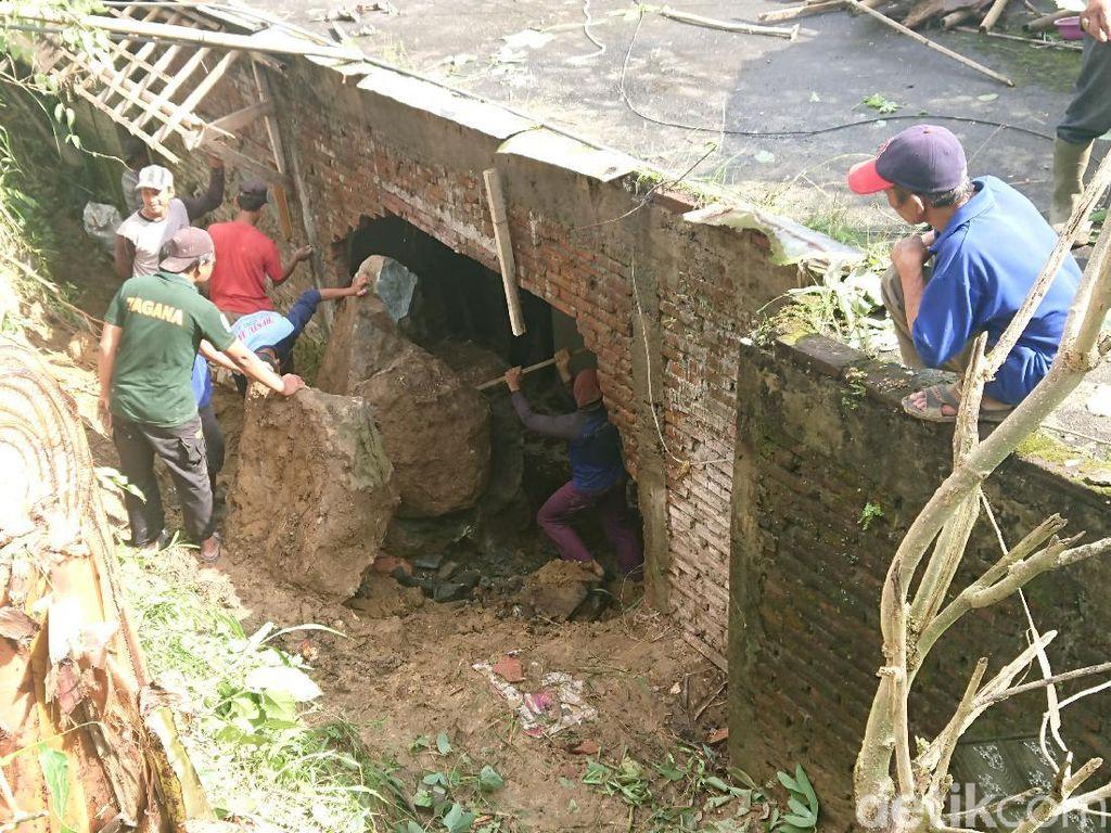 Tebing 4 Meter Longsor, Timpa Rumah Warga di Tulungagung