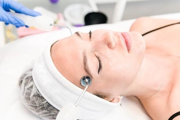 Microcurrent treatment membuat wajah terlihat lebih cerah dan bercahaya/freepik.com