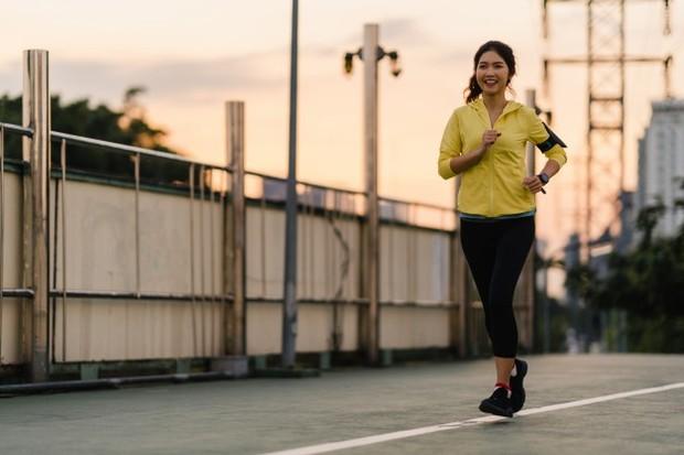 Olahraga dengan rutin dapat membantu tidur lebih cepat.
