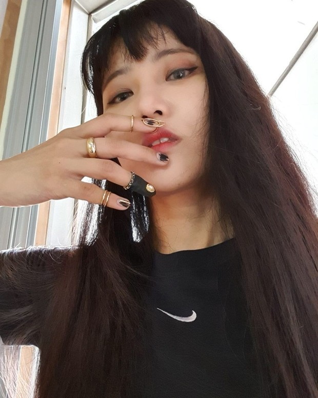 Park Eunkyung dengan tren beannie nail art.