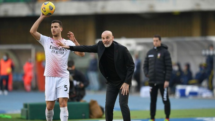 VERONA, ITALY - MARCH 07: Stefano Pioli head coach of AC Milan  issues instructions to his players during the Serie A match between Hellas Verona FC  and AC Milan at Stadio Marcantonio Bentegodi on March 07, 2021 in Verona, Italy. (Photo by Alessandro Sabattini/Getty Images)