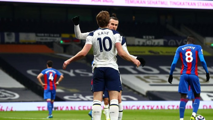 LONDON, ENGLAND - MARCH 07: Gareth Bale of Tottenham Hotspur celebrates with Harry Kane after scoring their sides first goal during the Premier League match between Tottenham Hotspur and Crystal Palace at Tottenham Hotspur Stadium on March 07, 2021 in London, England. Sporting stadiums around the UK remain under strict restrictions due to the Coronavirus Pandemic as Government social distancing laws prohibit fans inside venues resulting in games being played behind closed doors. (Photo by Clive Rose/Getty Images)