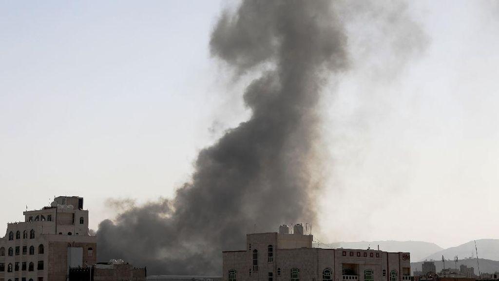 Asap Membubung Tinggi Usai Koalisi Arab Saudi Serang Ibu Kota Yaman