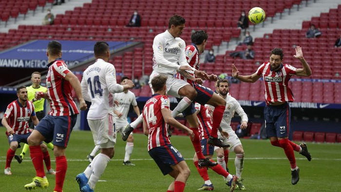 Atletico Madrids Felipe, right, clears the ball during the Spanish La Liga soccer match between Atletico Madrid and Real Madrid at the Wanda Metropolitano stadium in Madrid, Spain, Sunday, March 7, 2021. (AP Photo/Manu Fernandez)