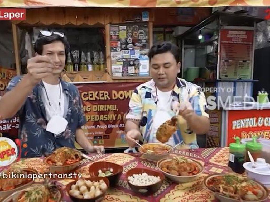 Bikin Laper! Dimas Beck dan Ncess Nabati Kulineran Pentol Iga Super Pedas