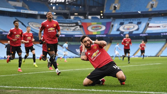 MANCHESTER, ENGLAND - MARCH 07: Bruno Fernandes of Manchester United celebrates after scoring their sides first goal from the penalty spot during the Premier League match between Manchester City and Manchester United at Etihad Stadium on March 07, 2021 in Manchester, England. Sporting stadiums around the UK remain under strict restrictions due to the Coronavirus Pandemic as Government social distancing laws prohibit fans inside venues resulting in games being played behind closed doors. (Photo by Laurence Griffiths/Getty Images)