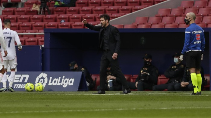 Atletico Madrids head coach Diego Simone directs his team during the Spanish La Liga soccer match between Atletico Madrid and Real Madrid at the Wanda Metropolitano stadium in Madrid, Spain, Sunday, March 7, 2021. (AP Photo/Manu Fernandez)