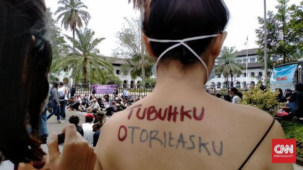 Aksi damai memperingati Hari Perempuan Internasional digelar aktivis perempuan di depan Gedung Sate, Kota Bandung, Senin (8/3).