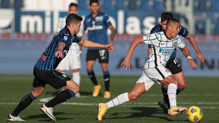 BERGAMO, ITALY - NOVEMBER 08:  Alexis Sanchez of FC Internazionale is challenged by Remo Freuler of Atalanta BC during the Serie A match between Atalanta BC and FC Internazionale at Gewiss Stadium on November 8, 2020 in Bergamo, Italy.  (Photo by Emilio Andreoli/Getty Images)