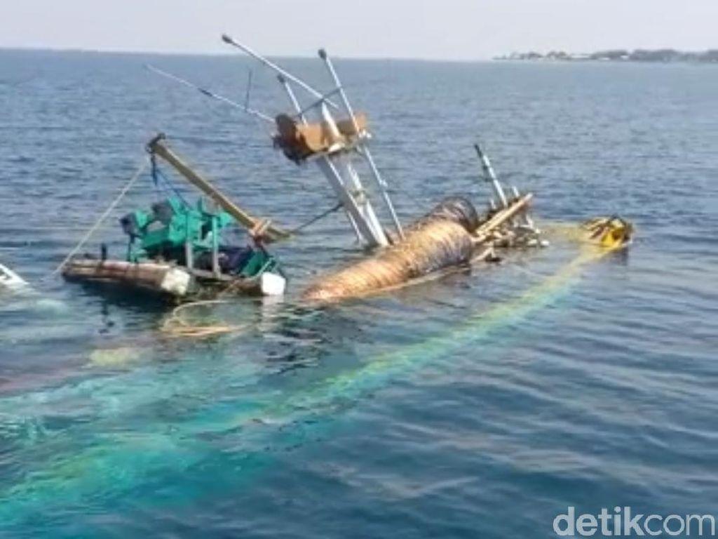 Kapal Pencari Ikan Terbalik Saat Tarik Jaring Penuh Ikan di Probolinggo